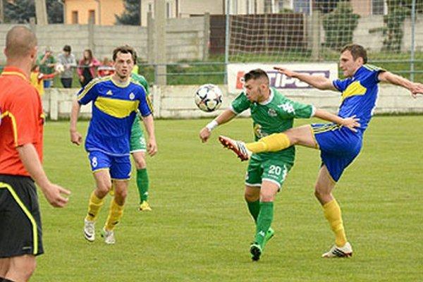 Vráble porazili Petržalku 2:0. V modrých dresoch Róbert Dzurek a Milan Fekiač, autor druhého gólu.