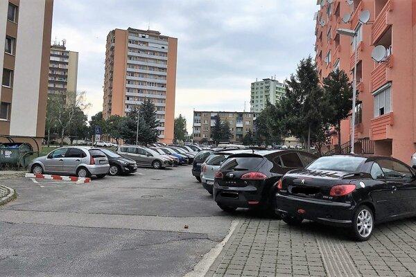 """""""Musíme budovať mesto pre ľudí, nie pre autá. Ak nebudeme dopravu regulovať abudeme stále vytvárať len podmienky pre autá, dlhodobo budeme zhoršovať dopravnú situáciu,"""" hovorí viceprimátor Topoľčian."""