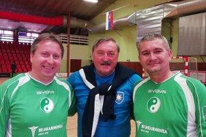 Miroslav Papranec (vľavo) sa pravidelne zúčastňuje aj halových futbalových turnajov starých pánov. Na fotke spoločne so spoluhráčom Robom Pecháčom (vpravo) a v strede futbalová osobnosť Antonín Panenka.