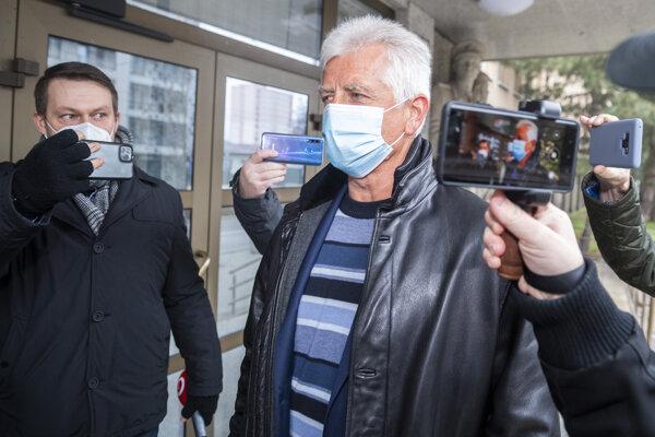 bvinený Jozef Brhel pri príchode na policajné prezídium v utorok.