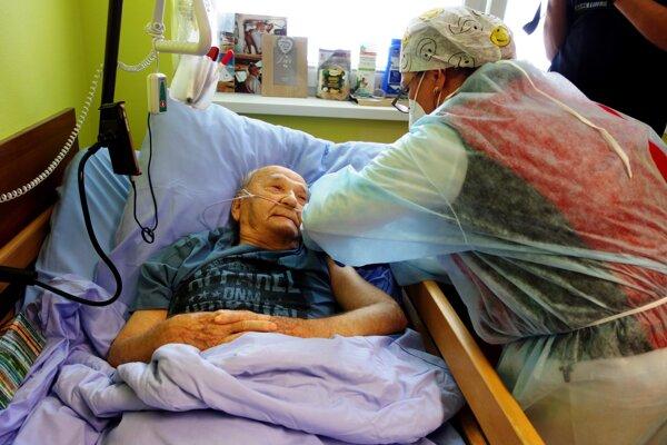 Očkovať sa dal aj 101-ročný pán Ferdinand, ktorý dúfa, že sa svet dostane opäť do normálu.