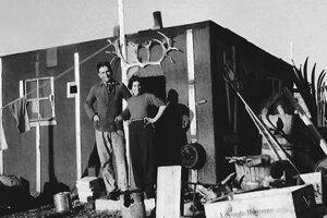 Christiane Ritterová s manželom Hermannom pred chatou, v ktorej strávili rok.