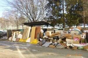Skládka odpadu na Sabinovskej ulici po vyprataní pivníc.