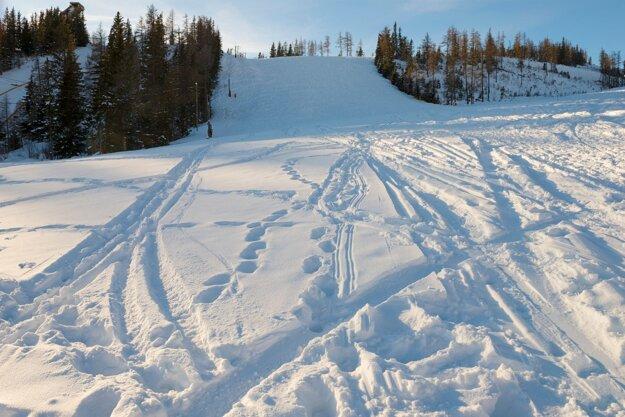 Neupravovaný lyžiarsky svah počas lockdownu v lyžiarskom stredisku na Štrbskom Plese vo Vysokých Tatrách.