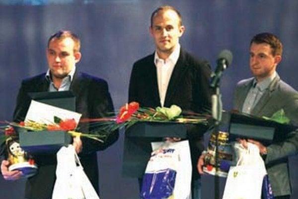 Trojica hráčov Nitrianskych rytierov, ocenená mestom Žilina - zľava Kašša, Ladiver a Beniač.
