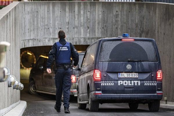 Polícia priváža Petra Madsena na súd v Kodani.