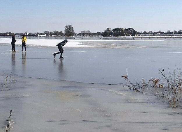 Ľudia korčuľujú na zamrznutej rieke Nederrijn neďaleko holandského Doorwerthu.