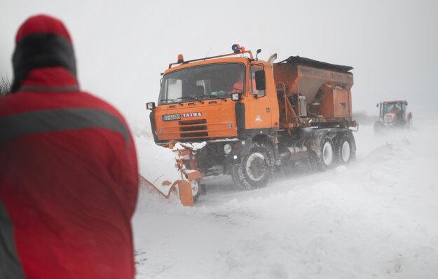 Snežný pluh na ceste medzi obcou Ploské a jej časťou Ortáše.