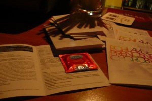 Asi 500 kondómov a info letákov podostávali včera večer mladí ľudia v zábavných podnikoch.