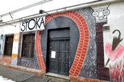 Stoka vznikla v centre Bratislavy v klube Čierny havran, o rok nato zakotvila na Pribinovej ulici.
