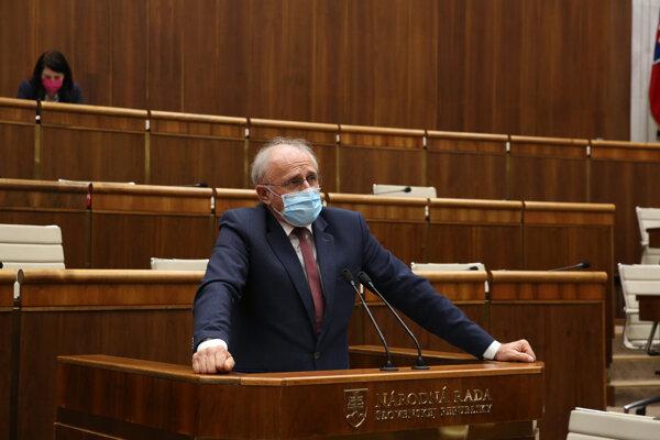 Minister pôdohospodárstva Ján Mičovský v parlamente.