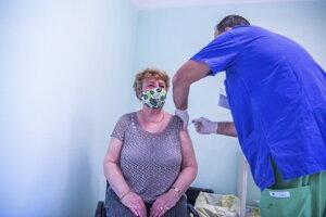 Žena počas očkovania ruskou vakcínou Sputnik V proti novému koronavírusu v Budapešti.