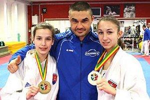 Cenné kovy vo vitríne KK Farmex. Zľava Rebeka Vidová, Klaudio Farmadín a Miriama Kozmová.