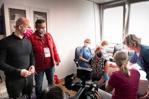 Minister školstva Branislav Gröhling sa prišiel pozrieť, ako prebieha očkovanie učiteľov.