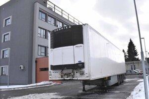 Chladiaci príves pri košickom úrade pre dohľad nad zdravotnou starostlivosťou na Ipeľskej, kde robia pitvy obetí covidu.