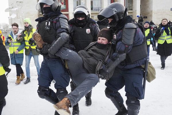 Policajný zásah proti ruským demonštrantom.