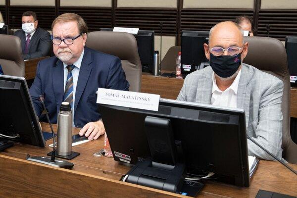 Vpravo prezident Asociácie zamestnávateľských zväzov a združení Tomáš Malatinský a vľavo generálny sekretár a člen Prezídia AZZZ Oto Nevický.