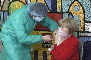 Šéf výjazdovej očkovacej jednotky Marek Varga so svojím tímom očkuje v domovoch sociálnych služieb.