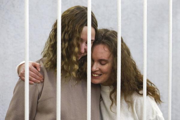 Novinárky televízie Belsat Darja Čuľcovová (vľavo) a Kaciaryna Bachvalovová.