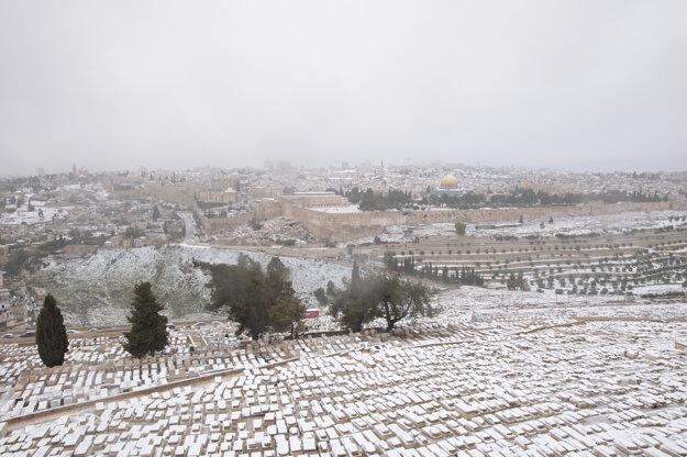 Najväčší židovský cintorín na svete na Olivovom vrchu pokrytý snehom.