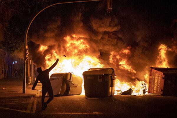 Barikáda zo zapálených kontajnerov v Barcelone.