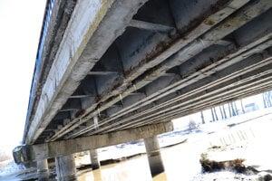 Poškodené časti nosníkov mosta v Stretave.