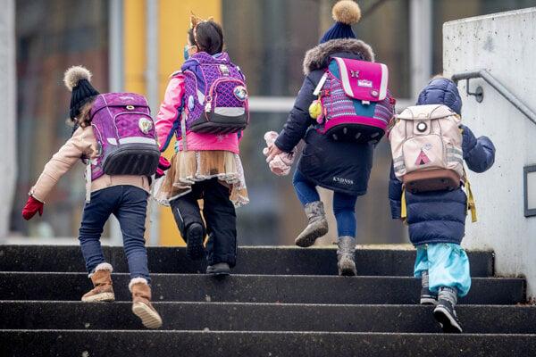 Zdá sa, že malé deti do deväť rokov nezvyknú medzi sebou šíriť covid.