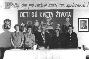 V rámci spoločensko-osvetovej práce v obci, plnil dôležitú úlohu v tejto oblasti Zbor pre občianske záležitosti. 1966. Zľava: Milina Piovárová, Oľga Rajniaková, Ondrej Pribylinec, Elena Trcková, Zuzana Mlynárová