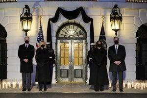 Joe Biden s manželkou a Kamala Harris s manželom si uctili pamiatku pol milióna obetí koronavírusu v USA.