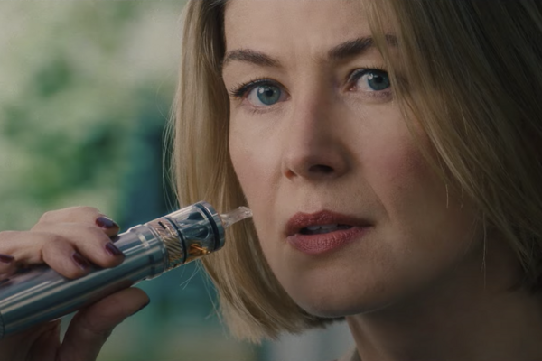 Rosamunde Pike vo filme I Care a Lot.