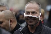 Demonštrant z októbrového protestu na Staromestskom námestí v Prahe si želal, aby ho nedusili opatrenia.