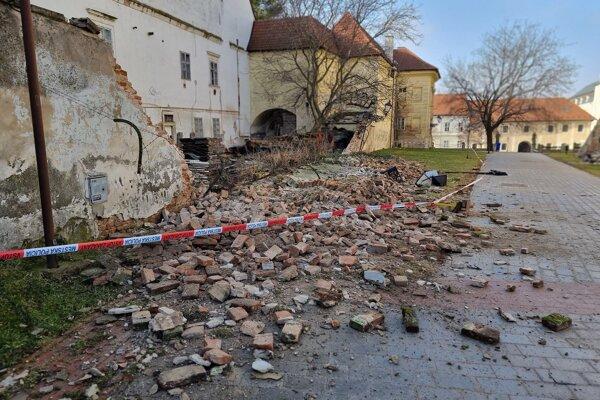 Zrútený múr bývalého arcibiskupského paláca