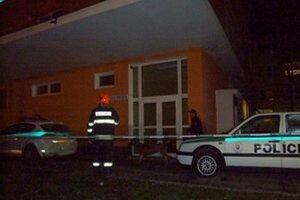 Policajti s hasičmi prehľadali pavilón aj okolie. Na snímke vstup na pôrodnícky príjem.