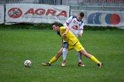 Vladislav Slovák (v žltom drese) Kováčovej počas derby so Zvolenom.