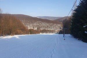 Svah v obci Medvedie je prázdny, no v neďalekej obci Chyrova na poľskej strane sa lyžuje už dva týždne.
