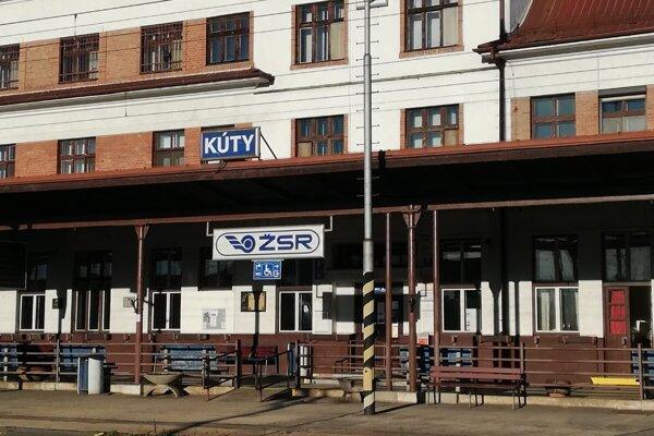 Dvojicu skontrolovali na stanici v Kútoch.
