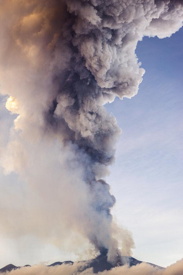 Stĺp dymu a popola po výbuchu.