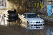 Autá uviaznuté v zaplavenom podjazde.