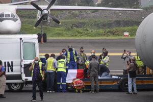 Prevoz pozostatkov Lucu Attanasia na letisku v Gome.