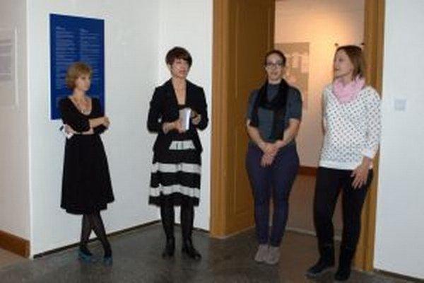 Záber z vernisáže - zľava riaditeľka galérie Renáta Niczová, kurátorka a autorky projektu.