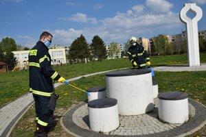 Dobrovoľní hasiči v Lučenci dezinfikovali verejné priestranstvá už vlani počas prvej vlny.
