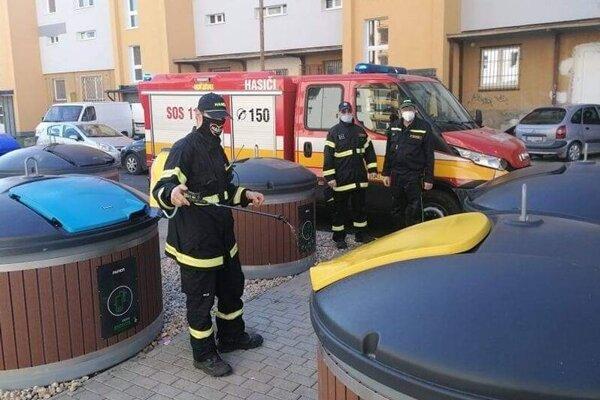 Dobrovoľní hasiči dezinfikujú verejné priestranstvá v Lučenci.