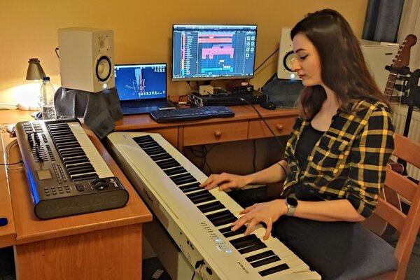 Dominika trávi čas pri svojom klavíri.