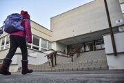 Žiačka kráča do základnej školy Antolija Karpova na Černyševského ulici v bratislavskej Petržalke.