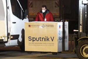 Do Košíc dnes lietadlo priviezlo prvú várku ruskej vakcíny Sputnik V.
