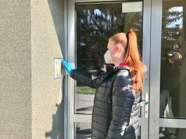 Pri distribúcii respirátorov pomáhajú dobrovoľníci.