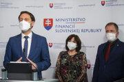 Minister financií SR Eduard Heger (OĽaNO), riaditeľka sekcie daňovej a colnej Ministerstva financií SR Daniela Klučková a prezident finančnej správy Jiří Žežulka.