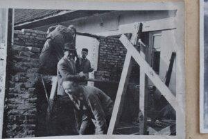 Brigáda na stavbe hasičskej zbrojnice v roku 1963.