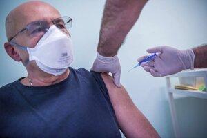 Muž dostáva ruskú vakcínu Sputnik V proti koronavírusu v Budapešti.