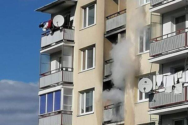 Z bytu sa valil dym.